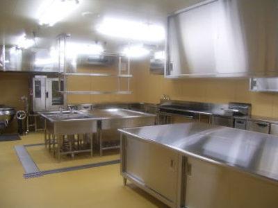 厨房設備:120食程度の調理の出来る設備となっています。写真で見るように、非常に清潔な設備となっています。