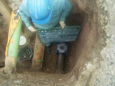 屋外給水工事。札幌市水道本管より建物内に引き込む水道管の分岐工事。