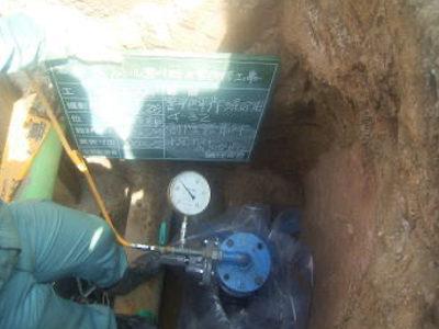 屋外給水工事。 分岐部分の水圧テストをし、水漏れの無い事を確認しています。