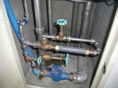 施工中:廊下(パイプシャフト点検口)<br /> ガスメーター設置、給水配管施工