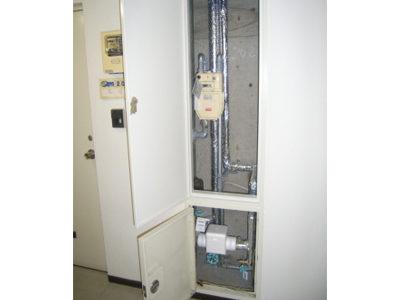 施工中:廊下(パイプシャフト点検口)<br /> 給水配管施工、既設水道メーター撤去前