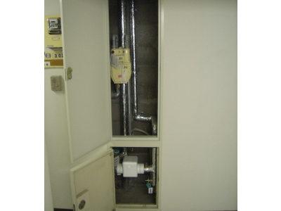施工後:廊下(パイプシャフト内部)<br /> ガスメーターを1個とし上段に、水道メーターを下部に設置致しました。