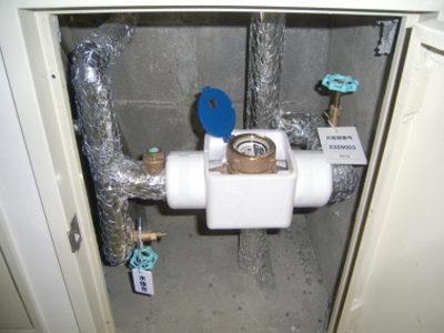 施工後:廊下(パイプシャフト内部:水道メーター)<br /> ステンレス配管に交換しています。