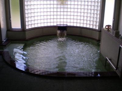 施設内には、写真の大浴場があります。他に中浴場があります。<br /> 今回はこの浴場のためのろ過装置の交換を実施いたしました。
