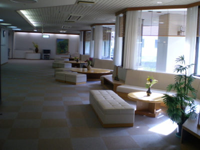 施設内のは、食堂・和室大広間・マージャン室・トレーニング室・喫茶コーナー・談話室や写真のような広々としたロービーがあります。施設内では各種行事とサークル活動が盛んに行なわれおり入居者様が楽しく過ごされています。