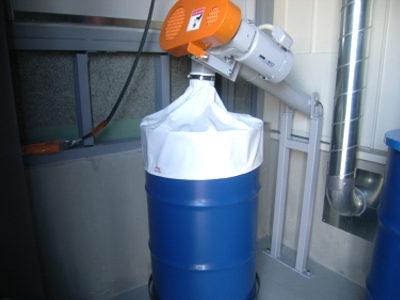 稲わらペレット等の灰改修設備(下部ドラム缶に貯蔵します)