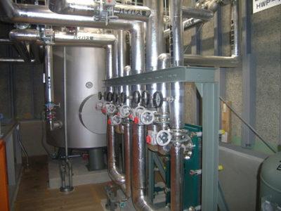 ボイラー室内配管施工状況、貯湯槽(SUS)4000L