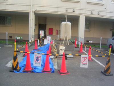 仮設、安全施設の設置。給湯設備を使用するため、仮設オイルタンク(960L)を設置しました。夜間の安全為、マーカーランプを設置しています。