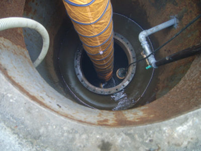 タンク洗浄作業<br /> タンク内での作業となります、換気設備の設置、防爆型の照明設備の設置など細心の注意の上事故のない作業に気を配っています。