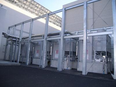 ブライン冷却設備 冷凍機は、ノンフロン(アンモニア)冷媒、エバコン方式の屋外設置型4台設置。
