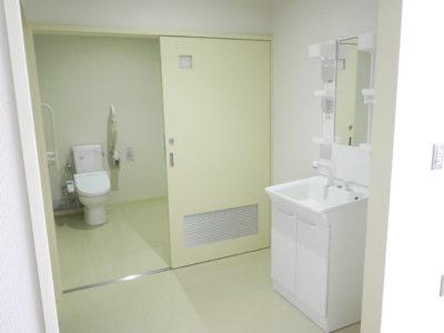 生活訓練室のトイレ・洗面所です。この他にお風呂やキッチンもあり、実生活に即した訓練ができる施設となっています。
