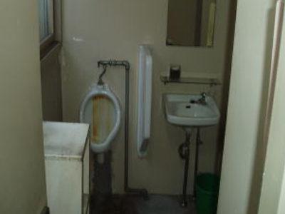 施工前状況<br /> 小便器、洗面器廻り改修工事<br /> このスペースに、洗面化粧台を設置する工事を行います。