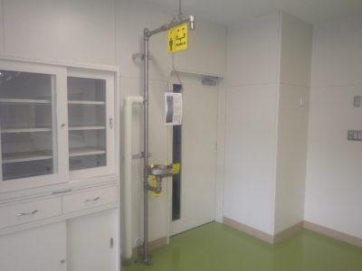 化学物質を取り扱う実験室に緊急用シャワー設備を設置しました。