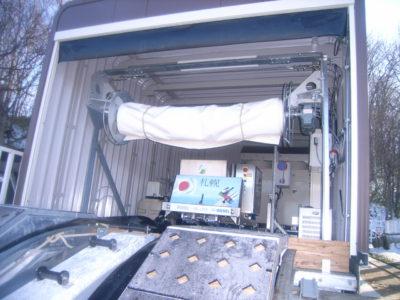 頂上に設置したトラックに張った氷を維持する設備です。氷に縦溝を付けるカッター、カッターを上下に動かすウィンチ、使用しないときに滑走面を積雪などから養生するシート、一番奥にトラックの氷を作るチラーユニットなどが見えます。