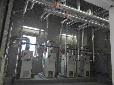 機械室の様子です。暖房用ボイラー4基と温水配管の状況がわかります。