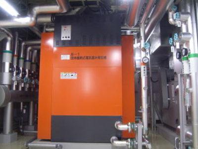 機械室:蓄熱式電気温水発生機(暖房の熱源となる温水をつくる機械です。)