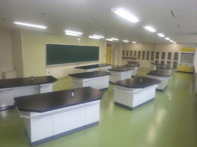 理科実験室です。札幌開成中等教育学校は国際バカロレア認定の取得を目指していますが、この実験室から将来のノーベル賞受賞者が現れるかもしれませんね。
