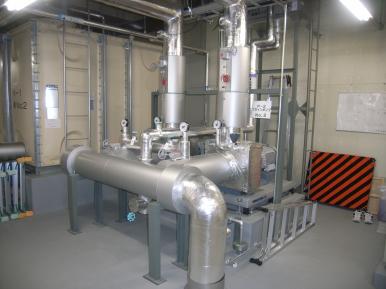ブライン循環設備 ブラインポンプは、冷凍機2台に1台設置し不凍液(-7~8℃)を冷凍機とリンク間を循環させます。