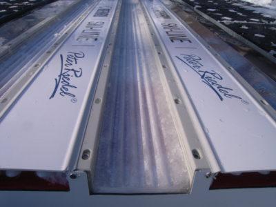 冬季に使用するトラックのアップです。氷に縦溝が付けられているのがよくわかります。