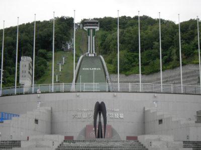 大倉山ジャンプ競技場は、FIS公認のラージヒルジャンプ競技場(K点120m)です。札幌オリンピックやワールドカップなど世界大会が開催され、世界的にも有名な競技場です。