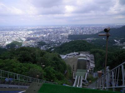 リフトで頂上の展望台まで上ることができ、札幌市内を一望することができます。大通公園から見えるジャンプ台はこの競技場です。