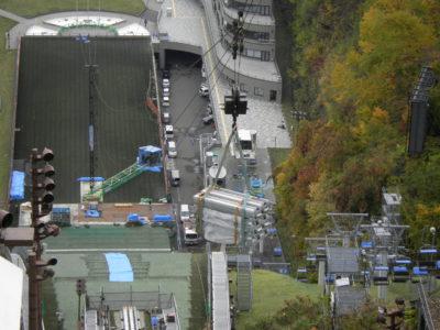 搬入の様子を頂上から撮影しました。高さ30mの鉄塔が小さく見えます。