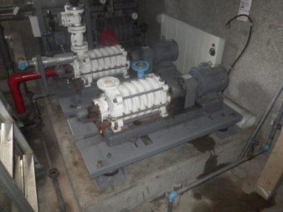 ポンプ室:施工前状況<br /> 給水システム:受水槽+加圧給水ポンプ